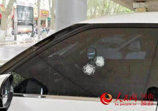 手贱?钢珠打碎车窗玻璃 男子发泄情绪13辆车遭殃