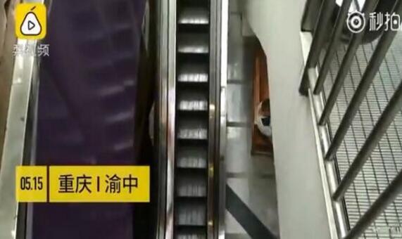 重庆现最苗条电梯只容一人站立 连电梯都减肥了