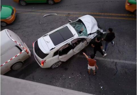 西安玉祥门车祸 行车记录仪显示白色SUV失控横冲直撞