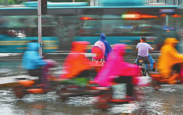 """昨市区仅为小雨量级 济南近140次""""地闪""""赏雨尤需防雷"""