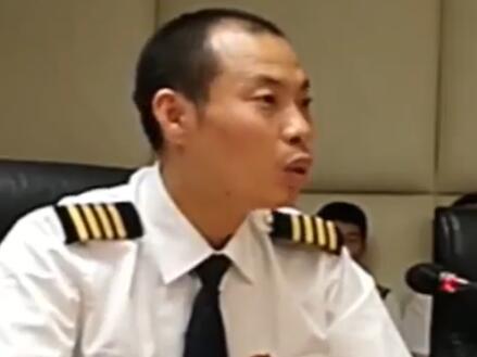 川航机长刘传健还原细节:最纠结下降速度 荣誉属于全体民航人