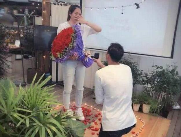 这波操作甜炸了!杨珺菁接受求婚 男排帅哥刘向东向她求婚