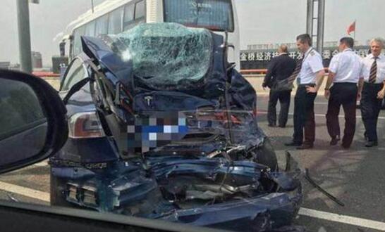 上海高架发生撞车伤员被送医 目击者:蓝色特斯拉超速加急变道