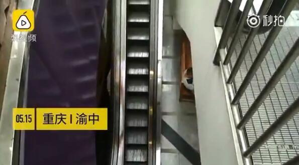 吓退胖子!重庆现最苗条电梯 解放碑得意世界附近这个电梯你敢上吗?