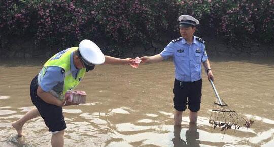 """车辆被泡!13万元薪水漂走 民警、环卫冒雨""""捞钱""""找回12万多"""