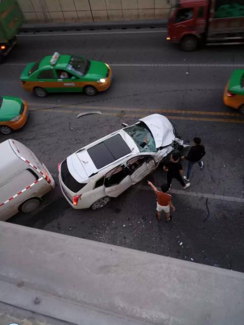 动图还原!西安玉祥门车祸过程触目惊心 凯迪拉克SUV失控撞死一人