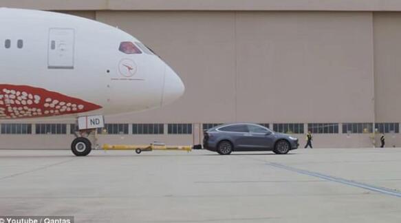 特斯拉Model X拖动一架波音787-9客机