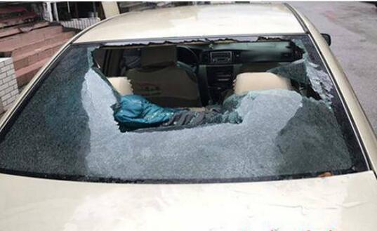 为博好感帮忙砸车 小职员巴结领导砸车被拘