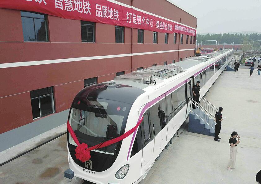 济南轨交R1线首列车到货 徐群出席接车仪式