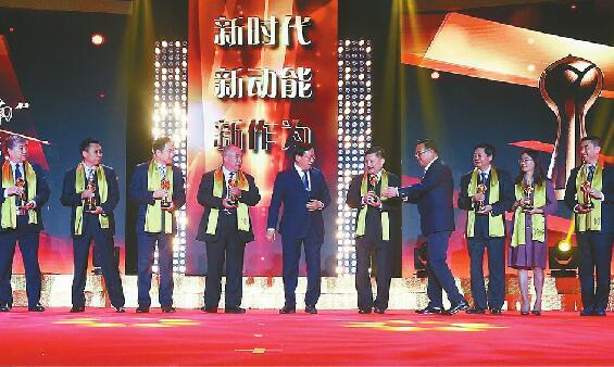 """""""影响济南""""年度经济人物颁奖现场 获奖企业家被领导簇拥到中间合影"""