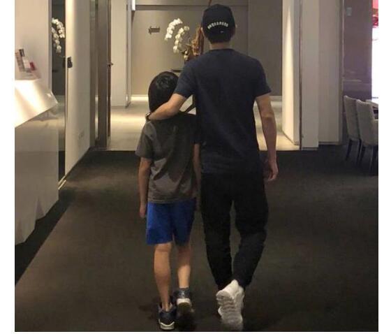 Kimi长这么大了!Kimi长腿抢镜 林志颖揽着儿子肩膀十分温馨