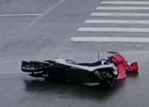 市民雨中骑车摔倒昏迷 路过市民...
