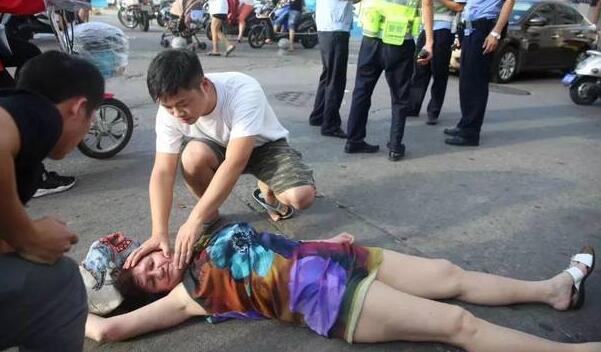 爱心的接力!俄女游客街头晕倒 ...