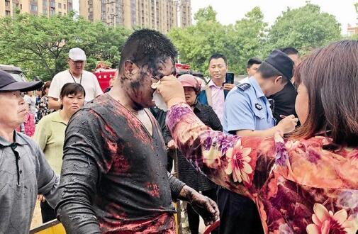泰州80后小伙污水管井内连救4人 好心市民不顾脏臭帮他擦掉脸上的污物