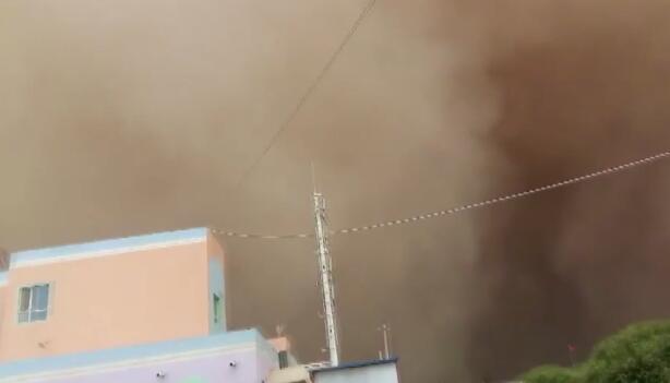 今年最强!新疆喀什遇沙尘暴 沙墙遮天蔽日白昼变黑夜