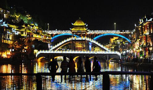 凤凰古城被曝乱收费 旅行团、旅行社各执一词背后隐藏着什么?