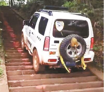 司机驾车爬梯损坏台阶 流米寺石台阶被损坏嫌疑人被传唤