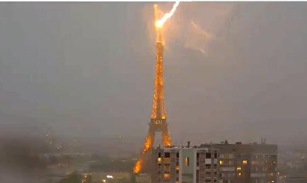 【组图】埃菲尔铁塔遭雷击 炸裂瞬间天空呈现异样粉红色