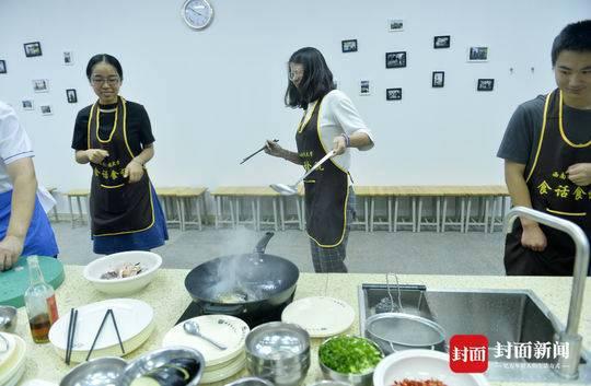 吃货快来!学生涮火锅修学分 10名老师每周教学生1至2道经典菜肴