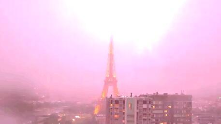 (组图)惊艳了!埃菲尔铁塔遭雷击 大号