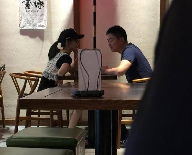 """甜炸了!刘强东夫妻下午茶 """"奶茶妹妹""""一看就是嫁给了爱情的样子"""