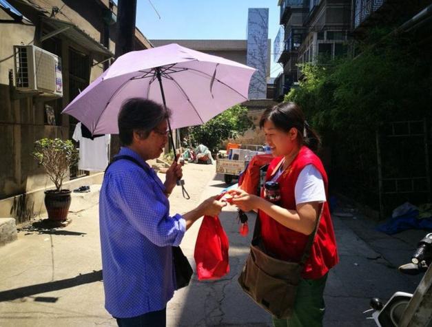 每天走访不少于5家 燕山街道全科社工入户服务