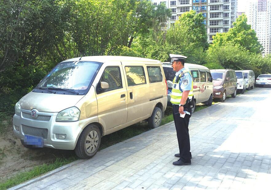 济南槐荫区多部门开展联合执法 绿化带内停车将受多重处罚