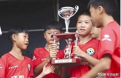 泪目!足球少年海外夺冠 手捧奖杯围成一圈含泪高唱国歌
