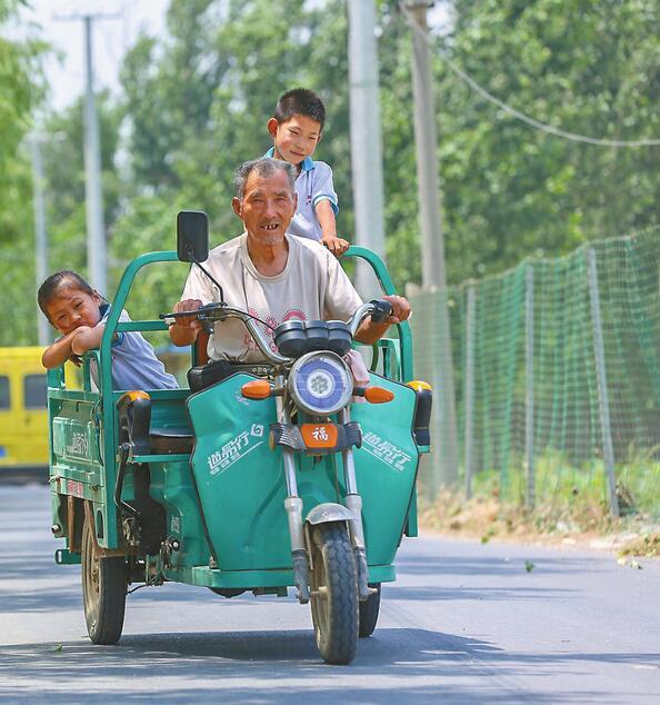 8岁学童留守村中 乡邻自发轮流接送