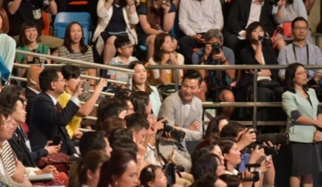 毕业啦!刘德华女儿毕业礼 校董致辞时观众席突然间起了哄