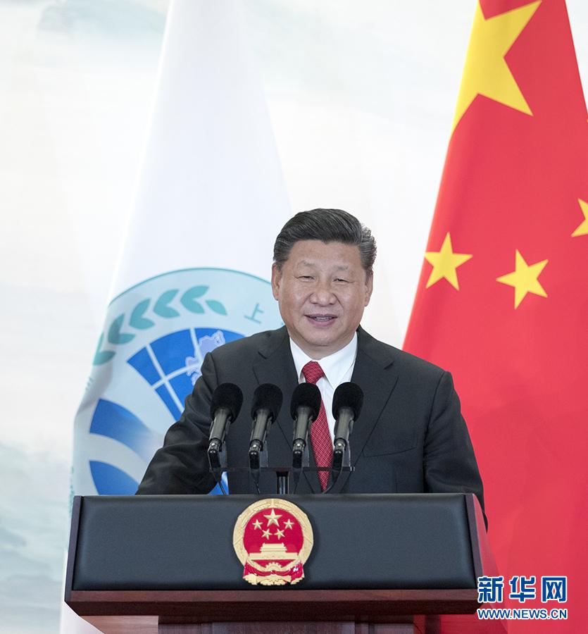 6月9日,国家主席习近平在青岛国际会议中心举行宴会,欢迎出席上海合作组织青岛峰会的外方领导人。这是习近平发表致辞。 新华社记者谢环驰摄   新华社青岛6月9日电   在上海合作组织青岛峰会欢迎宴会上的祝酒辞   (2018年6月9日,青岛)   中华人民共和国主席 习近平 尊敬的各位同事, 各位来宾, 女士们,先生们,朋友们:   大家晚上好!