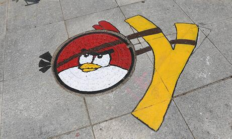 潍坊大学生井盖涂鸦 传导环保运动生活理念