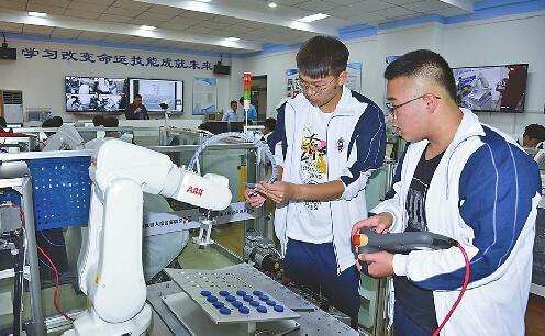 济南电子机械学校开机器人方向班