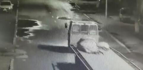 女生醉倒街头遭碾身亡 肇事车辆为大马力拖拉机和半挂车