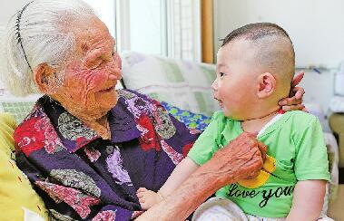 """103岁寿星王俊田 """"小脚""""走出""""大幸福"""""""