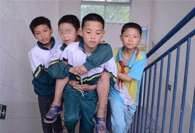 小学生得脑瘫行走困难 八名同学背他照顾他数年