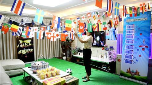 中国式世界杯!女子打造看球客厅