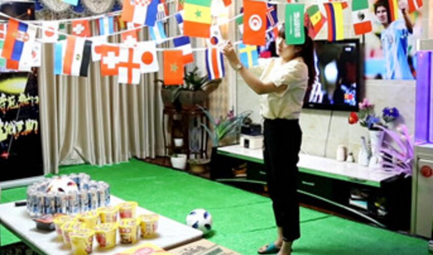 真球迷!女子打造看球客厅 迎接世界杯做足准备