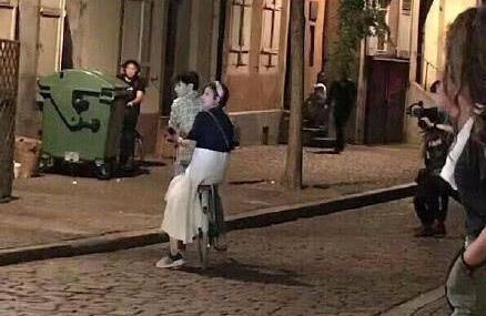 王俊凯骑车带赵薇  《中餐厅2》正在法国拍摄中