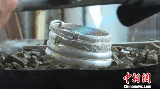 老银匠坚守传统手工艺:已干了一辈子 不想让它失传