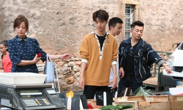男友力max!王俊凯骑车带赵薇 《中餐厅2》未播先热