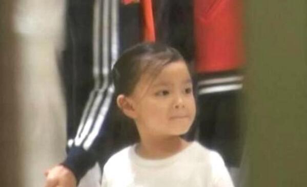 就是要刚正面 刘德华女儿正面神似爸爸 穿着朴素很平民