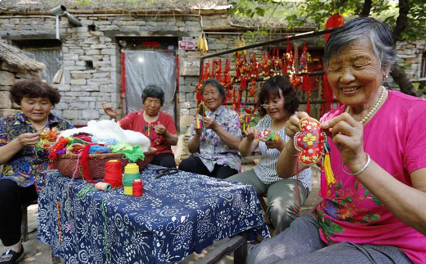 临沂:村民缝香囊喜迎端午