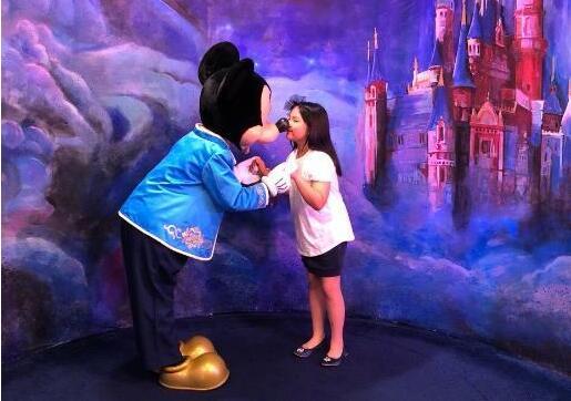 女大十八变!王诗龄去迪士尼过暑假 angela长高变瘦美回来了