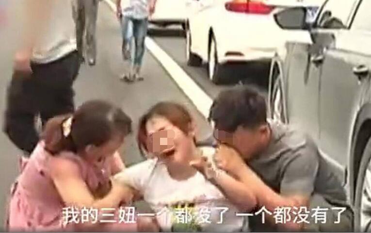 河南:司机撞死4个娃放豪言称赔得起 愤怒的群众将肇事司机围住