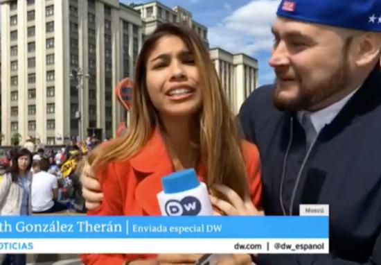 被占便宜!直播世界杯遭强吻 盘点遭强吻的美女记者们