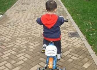 碰瓷碰上小孩子?骑童车绊倒大妈 网友:建议童车装上行车记录仪