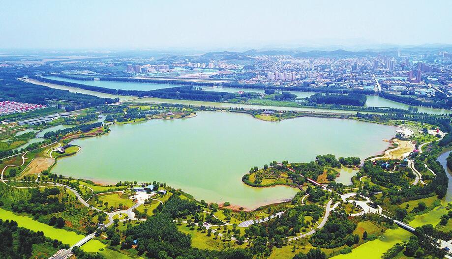 """雨污混流成往昔 """"黑风口""""不再难走 远郊县有了城市的味道 平阴县近年来大力实施一河、一湖、一路、一街的建设和提升"""