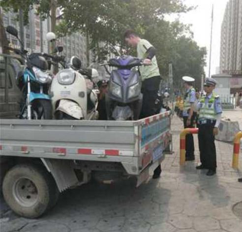 建新街道呼吁大家自觉停车 让城市道路更畅通