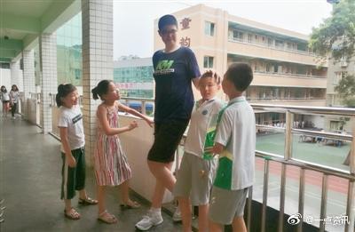 """这个头直逼姚明!四川一小学生11岁身高2.06米被同学戏称""""傻大个"""""""